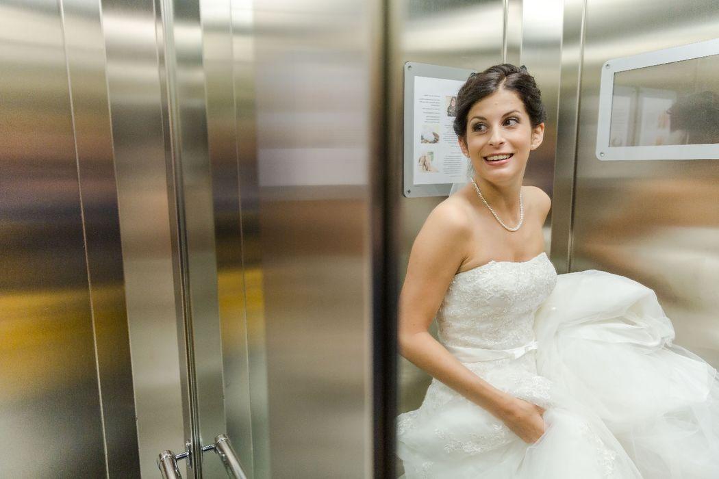 Momentaufnahmen der Braut auf dem Weg zur Kirche.