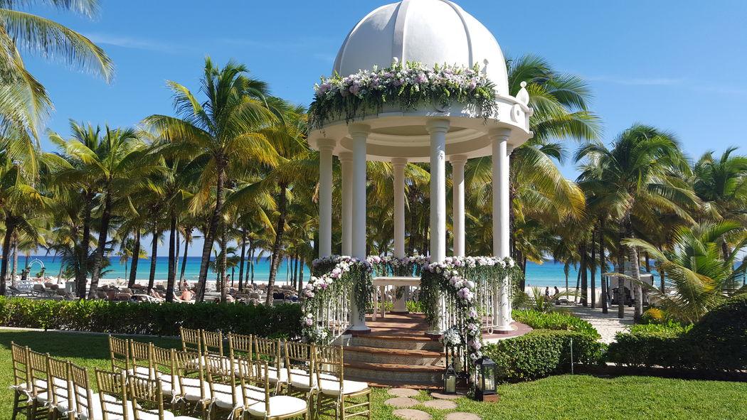 Gazebo para ceremonia #mobiliarioparaeventos, #bodasenlaplaya #beachweddings #centrosdemesa #centerpieces #bodasencancun #partyboutiquecancun #udwfinefurniturerental #prettyflowerscancun