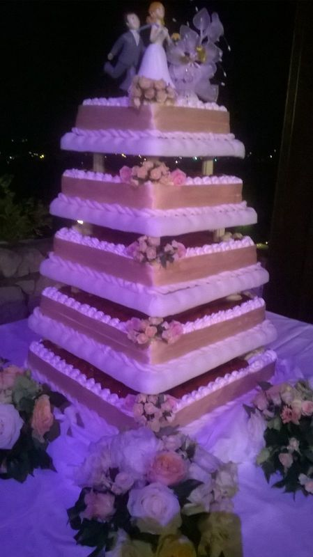 Taglio della torta in terrazza