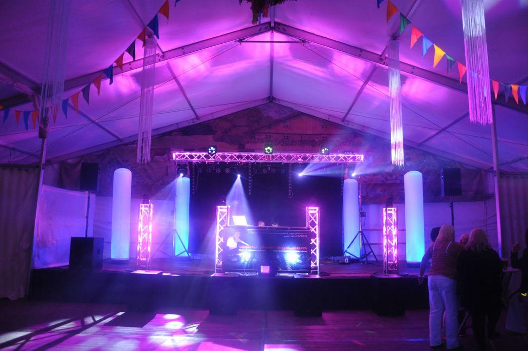 Ansprechender Bühnenaufbau für 500 Personen Festzeltdisco zur Kirmes