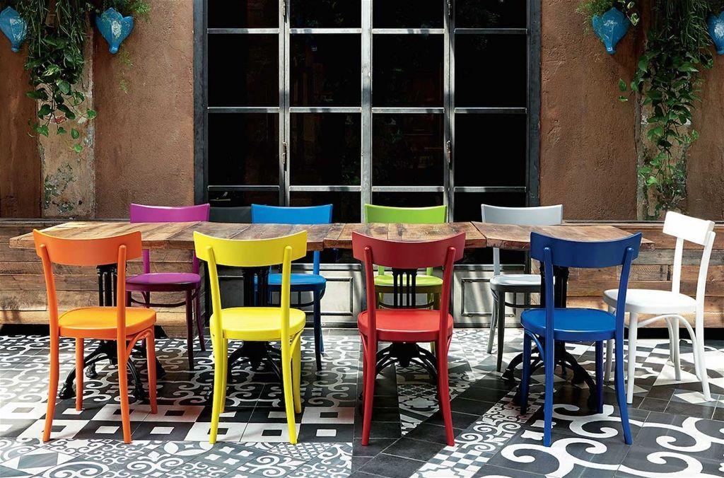Sedia Brera – Colico. La sedia Brera si ispira alle sedie da trattoria tipicamente italiane. E' realizzata in legno di faggio selezionato, successivamente laccato con vernici dai colori accesi che aggiungono, allo stile classico di questa sedia stile Milano, un tocco di stile, simpatia ed eleganza. Il rinforzo sotto seduta garantisce un'eccellente resistenza e flessibilità a tutta la struttura della sedia. Divertitevi a mixare sedie dai colori diversi per creare allegri e moderni contrasti cromatici nella vostra cucina.