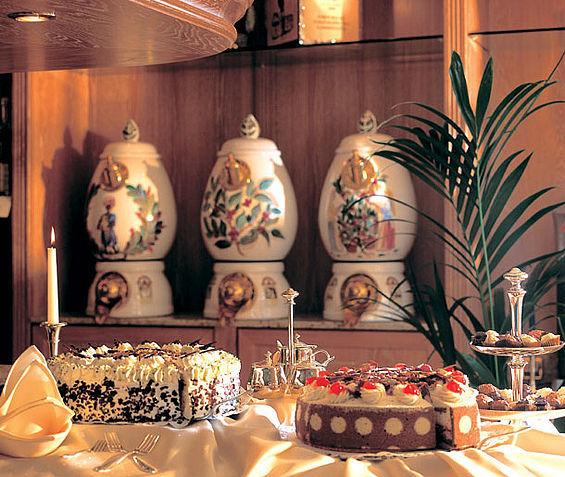Beispiel: Café Glashaus: Highlight ist die Kurhaus-Torte, Foto: Travel Charme Kurhaus Binz.