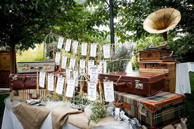 Seating plan retro-vintage en escenario ceremonial de La Lola se Va de Boda