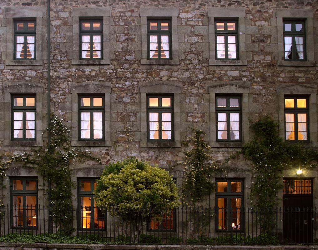 Hotel Casona El Arral .Lierganes. Cantabria. Fachada principal al anochecer.