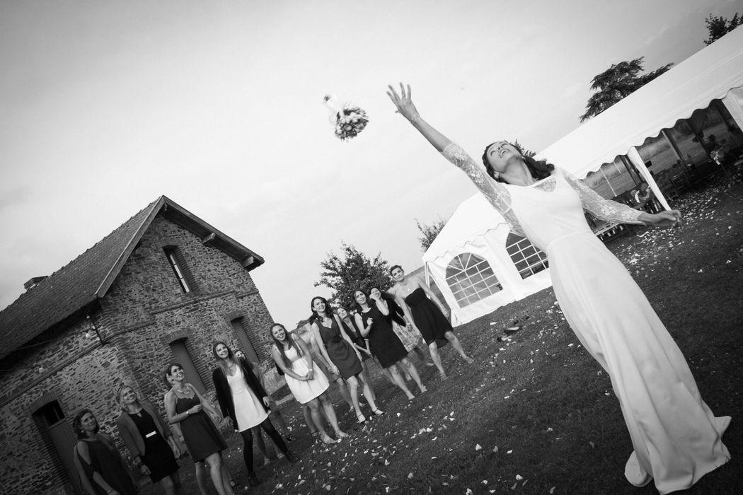 photographe mariage nantes lancé de bouquet noir et blanc