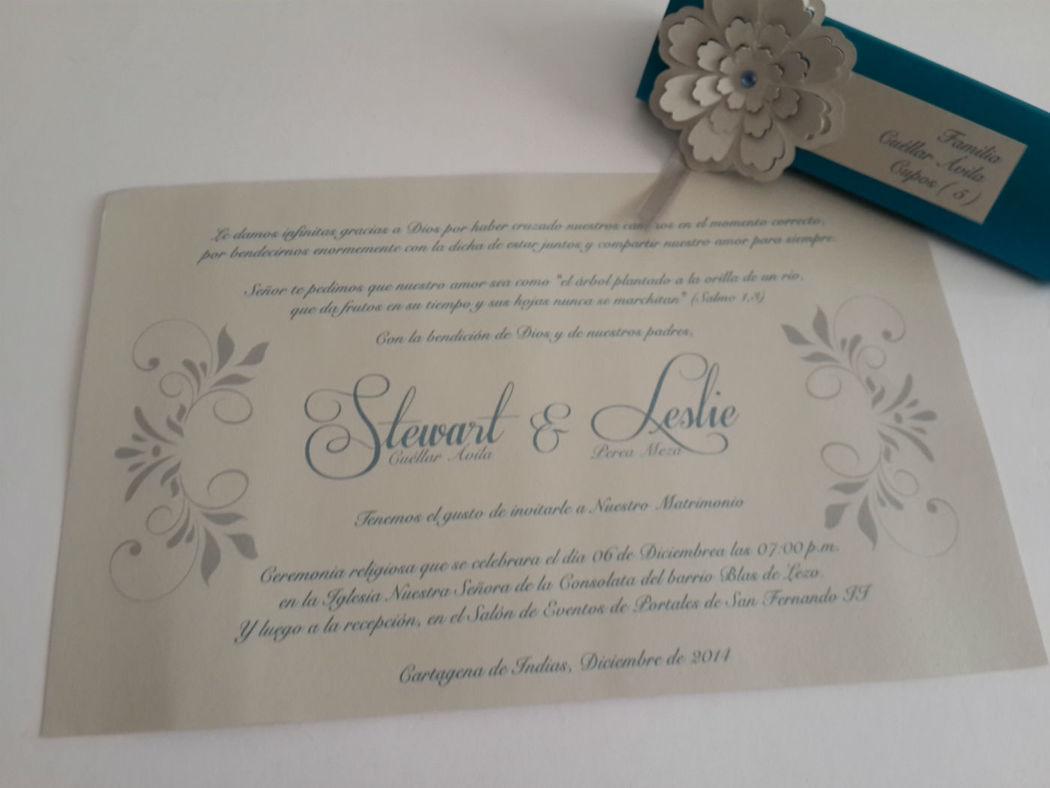 Invitación con flor de papel troquelado en 3D