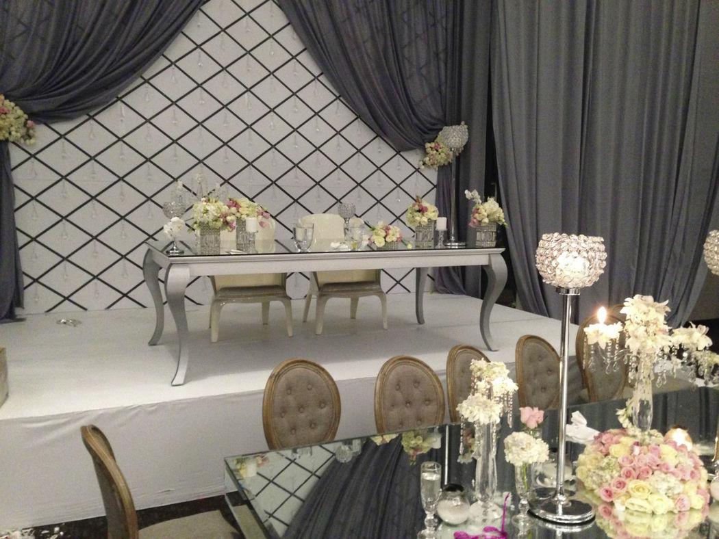 Mesa Pata de Cuerno con cubierta en color blanco patas plateadas y un top de espejo, haciendo juego con 2 sillas Carlotas en Blanco