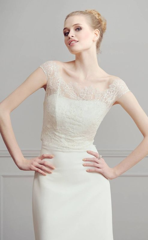 Robe de mariée moderne dans un stylé épuré. Boutique de mariée Olghita de Pias à Versailles, dans les Yvelines 78