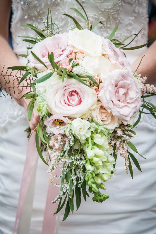 Kleiner Teardrop Bridal Bouquet in zarten Pastells  Foto: Christian Stumpf