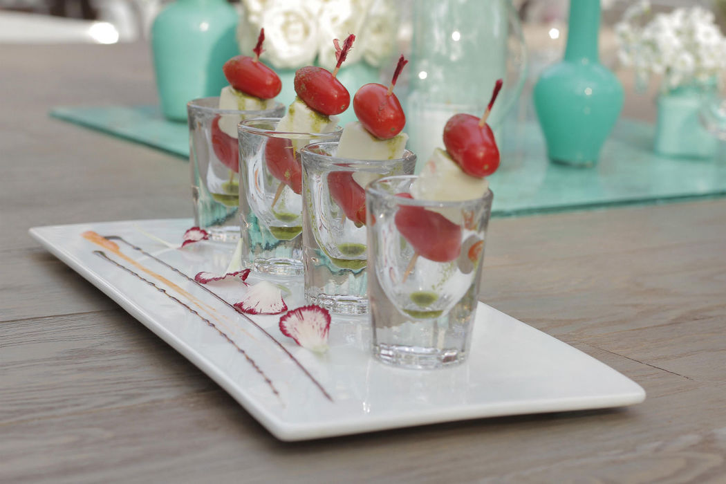 Mini brochetas de queso ricotta con jitomates cherry como cocktail de bienvenida a los invitados.