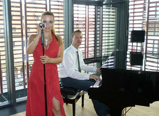 Beispiel: Pianist am Flügel mit Sängerin, Foto: Pianist Dirk Schieborn.