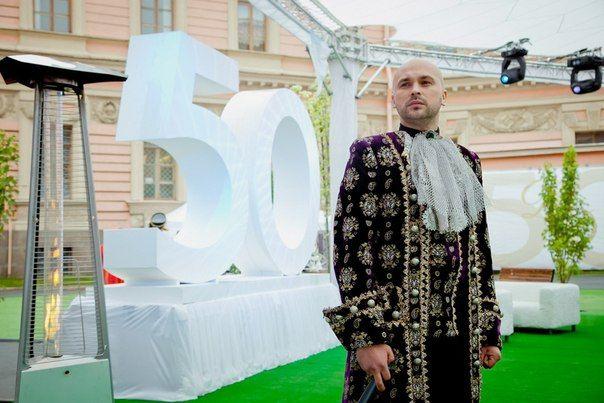 Ведущий Сергей Славин