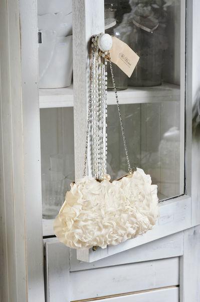 Beispiel: Diese Tasche schmückt jede Braut, Foto: Oprée Brautmoden Accessoires.