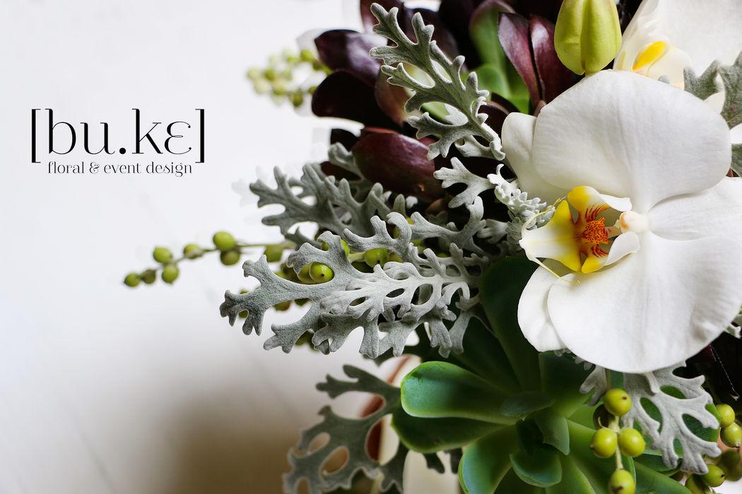 Detalle de bouquet de novia con orquídeas y suculentas
