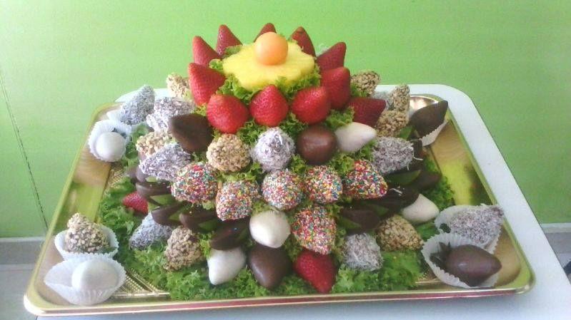 Bandeja con más de 80 fresas y manzanas con chocolate.