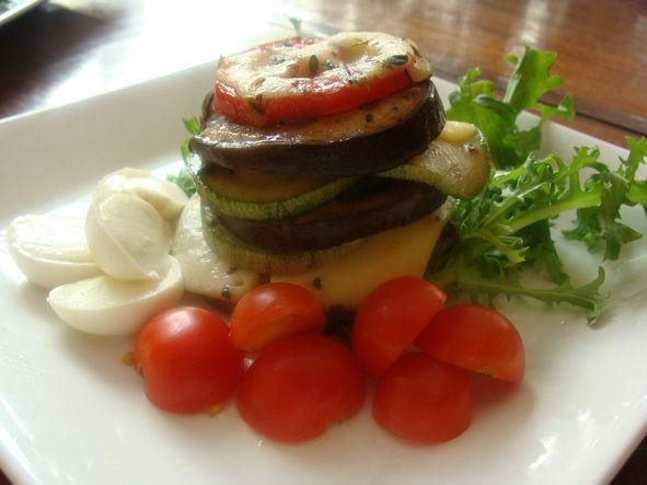 Entrada - Tortino Torre de berinjela, tomate, abobrinha, com mozzarella di bufala