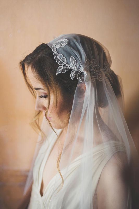 Velo da sposa con copricapo ed applicazioni di pizzo francese ricamate a mano | Elibre Handmade