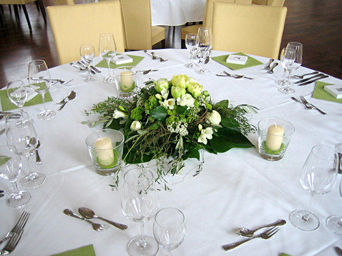 Beispiel: Tischgesteck, Foto: Krätzer Blumen.