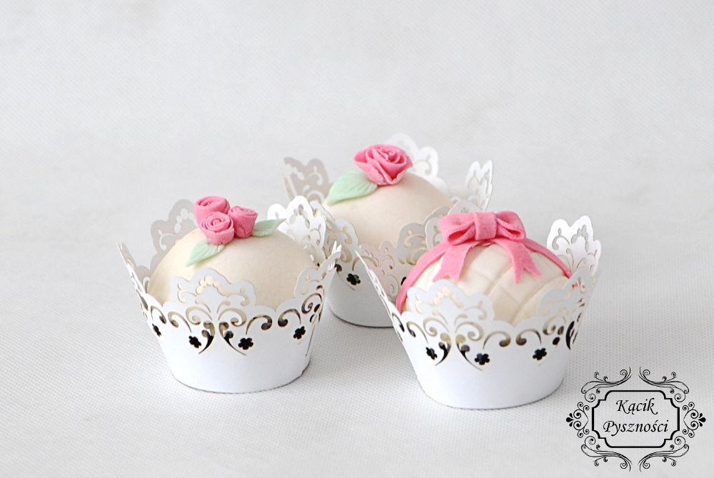 Malutkie różowe dodatki tworzą niesamowity charakter i dodają uroku nie tylko babeczkom ale i całej uroczystości.