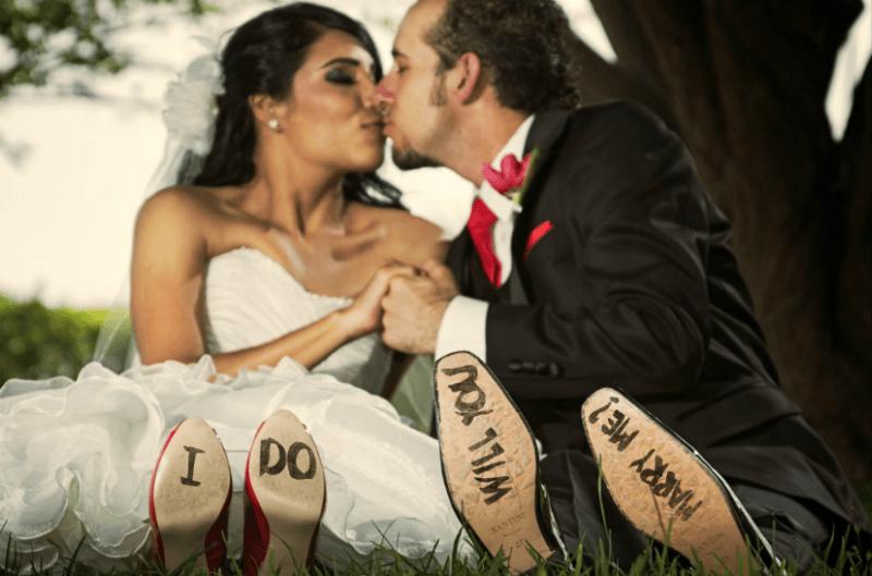 Escribir en los zapatos para la fotografia de boda. Foto Alex Mendoza