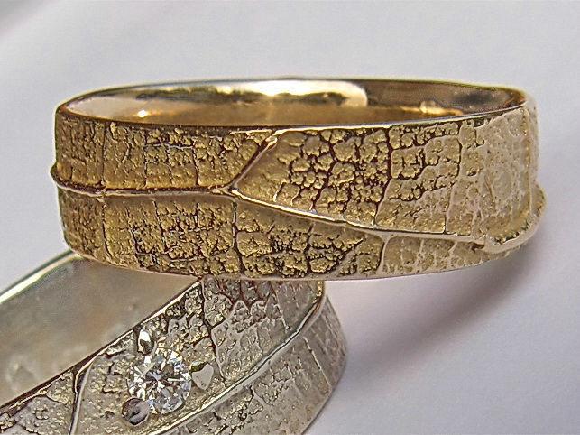 Ligne de vie  Ligne de vie, deux alliances en or jaune et or blanc naturel