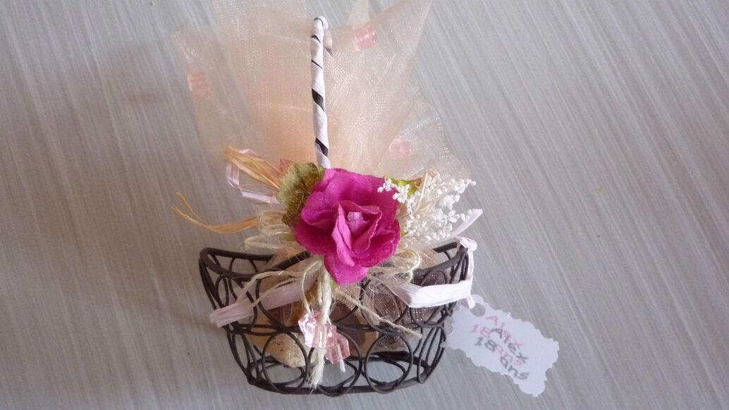 Souvenir d'invité, petit panier en métal, tule garni dedans, rose et raphia en décoration.