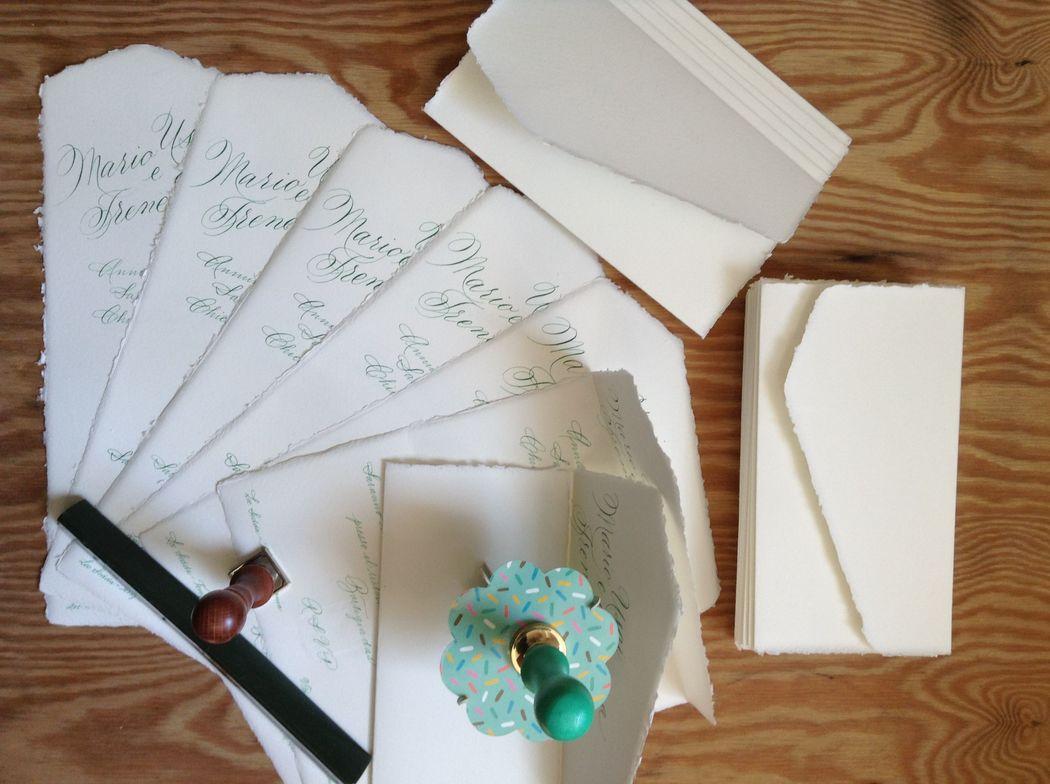 Il Calligrafo - Inviti in carta Amalfi foglio unico avorio manoscritti in verde con due differenti caratteri.