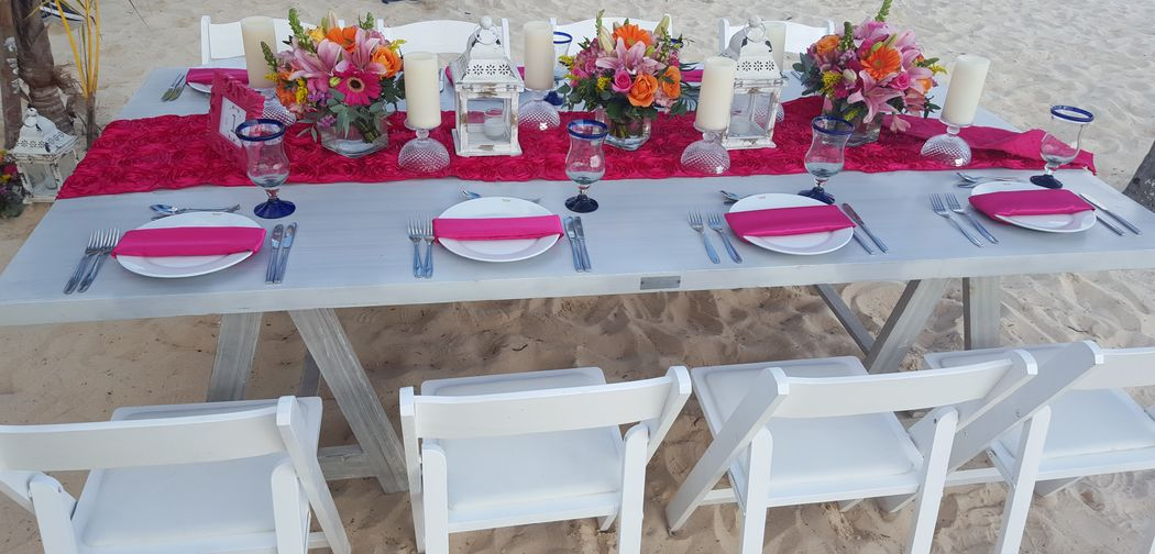 Centros de mesa para bodas y eventos #mobiliarioparaeventos, #bodasenlaplaya #beachweddings #centrosdemesa #centerpieces #bodasencancun #partyboutiquecancun #udwfinefurniturerental #prettyflowerscancun