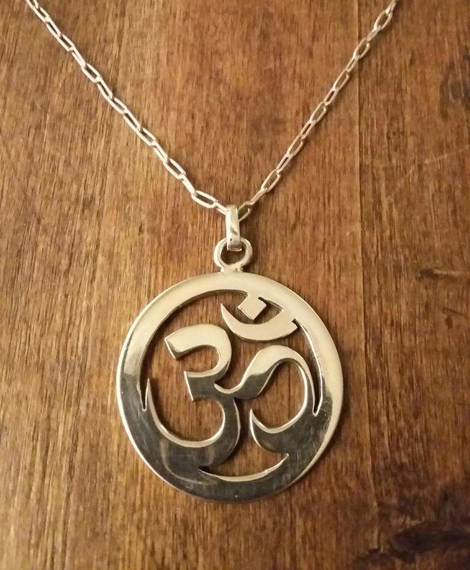 Colgante ohm, de plata 950 y hecho a mano. Un gran regalo para demostrar que hay una conexión con la pareja.