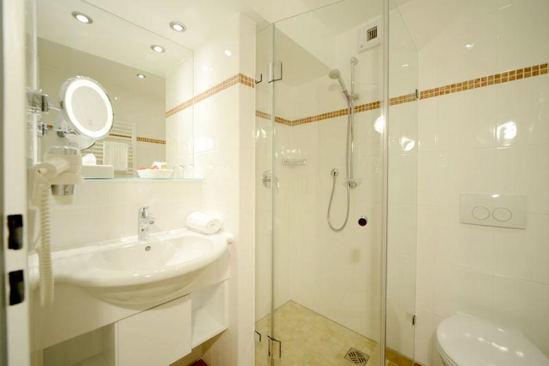 Beispiel: Badezimmer, Foto: Hotel am Badersee.