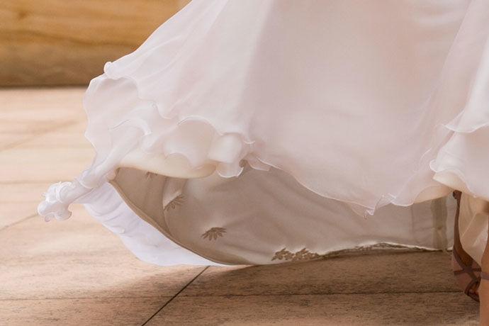 Detalle de aplicaciones de guipur bordadas a mano en el forro.  Vestido con cuerpo de valencienne y plumeti y con falda de muselina de Cristina Piña.