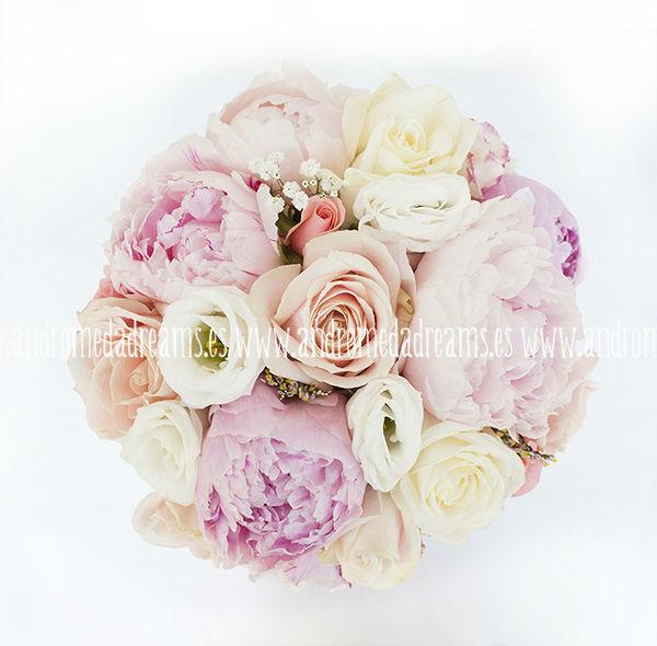 Ramo de novia en colores suaves, con peonias y rosas