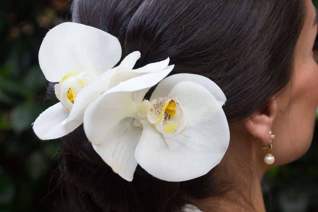 Accesorios florales Floristika, manejamos una línea artificial, muchas veces no quieres usar natural en el cabello que mejor que una horquilla artificial garantizada en duración y manufactura, de venta en Liverpool. Horquilla Floristika artificial Phalinopsis blanca.