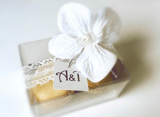 AmordeChocolate Lembrança personalizada: etiqueta com as iniciais dos noivos a prata, flor com pedra cristal e com dois macarons.