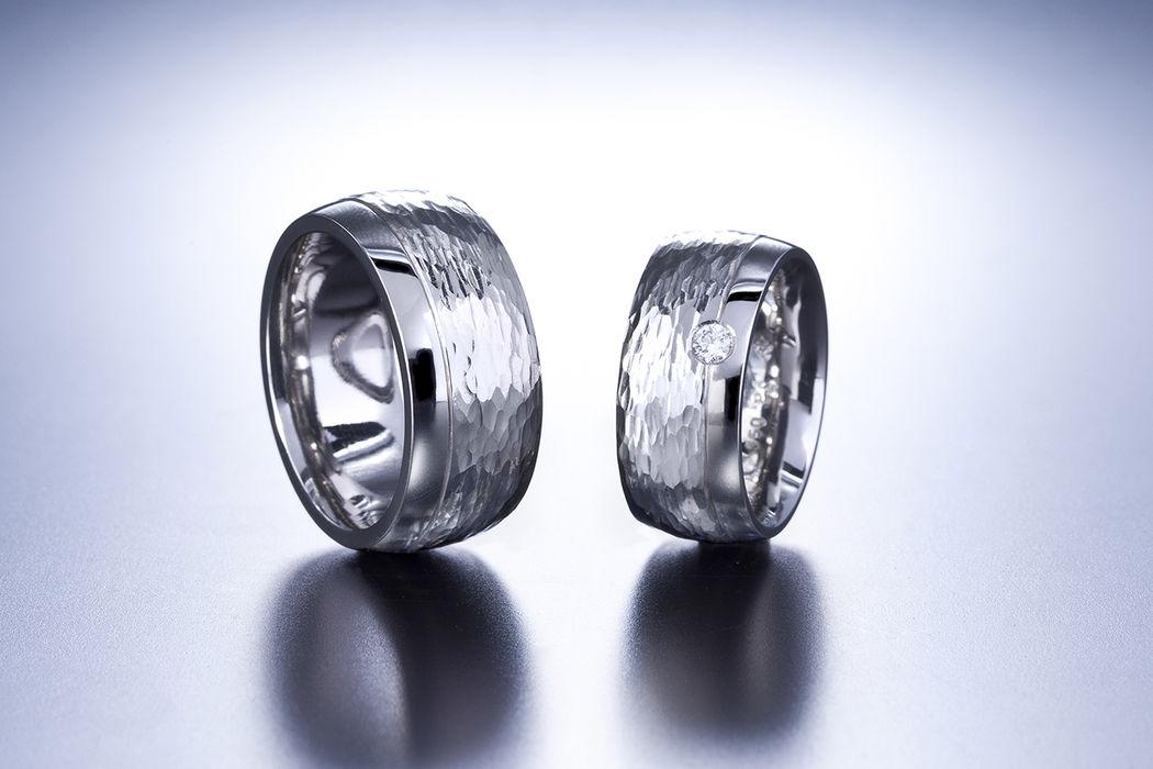 Eheringe in Palladium 950 und Diamant, Oberfläche mit geschmiedeter Struktur. Diese Ringe wurden vom Pärchen in einem 10-Stündigen Kurs selber hergestellt