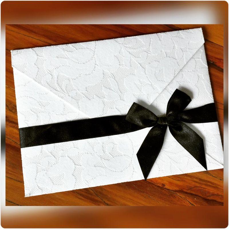 Convite com envelope clássico no tamanho 17x23cm revestido em renda plana