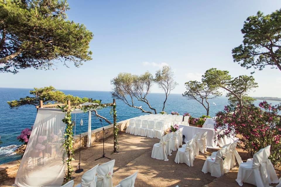 Altar de madera, con un toque floral, sutil y muy romántico, en un entorno espectacular.  http://lafloreria.net