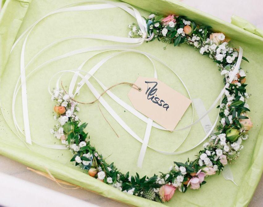 Floraler Haarkranz mit der Glücksbringenden Myrthe, Schleierkraut &  zarten Rosenknospen  Foto: Weitblick-Fotografie