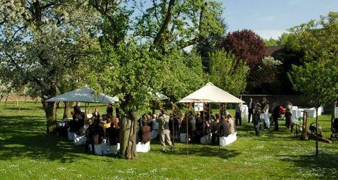Beispiel: Gartenbereich - Feiern unter freiem Himmel, Foto: Kastanienhof.