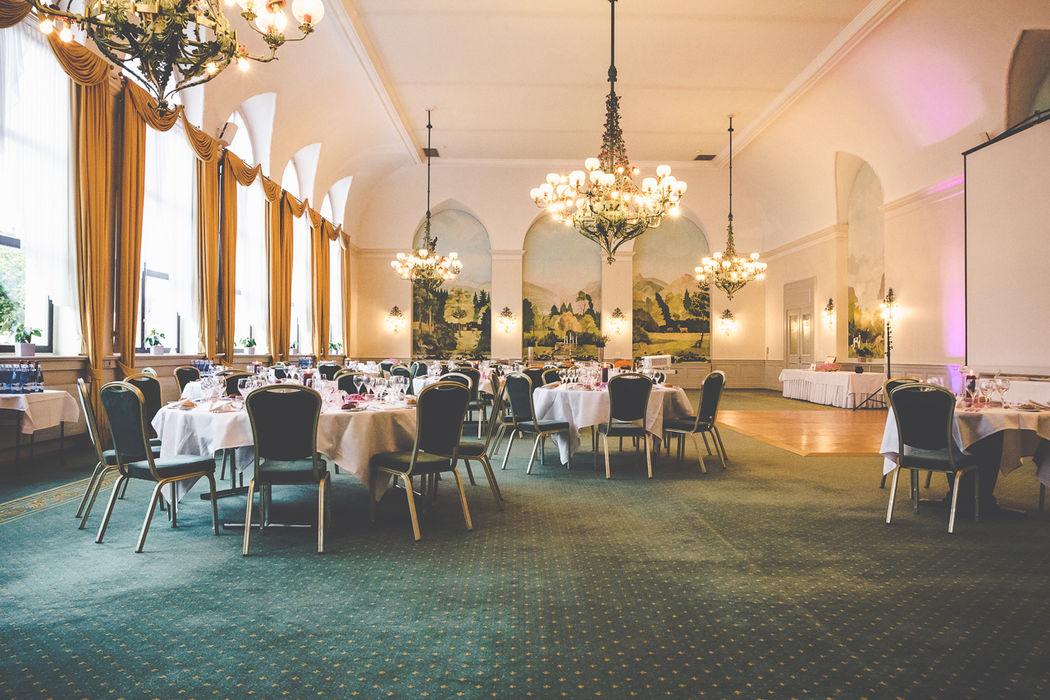 Unser Mythen-Saal ist mit 351 m² unsere grösste Räumlichkeit für Hochzeiten, in dem bis zu 250 Gäste Ihren Platz einnehmen können. Foto: Seehotel Waldstätterhof