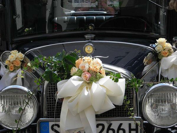 Beispiel: Florale Dekoration des Brautautos, Foto: Blumen Hahn.