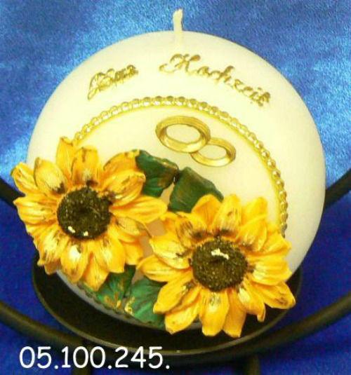 Hochzeitskerze Sonnenblumen Handgearbeitete Hochzeitskerzen, in vielen verschiedenen Variationen. Auf Sie als Brautpaar zugeschnitten. Ich berate Sie gerne. Mehr dazu unter www.kerzenatelier.ch