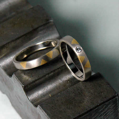 Beispiel: Silberne Ehering mit Goldenem Motif , Foto: Lachmann's Goldschmiede.