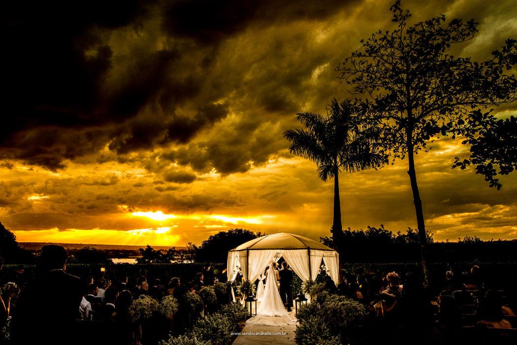 Casamento em Brasilia-DF. Durante a cerimonia dos queridos noivos, com um por do sol magnifico ao fundo, no Farol do Cerrado. Sandro Andrade Fotografia