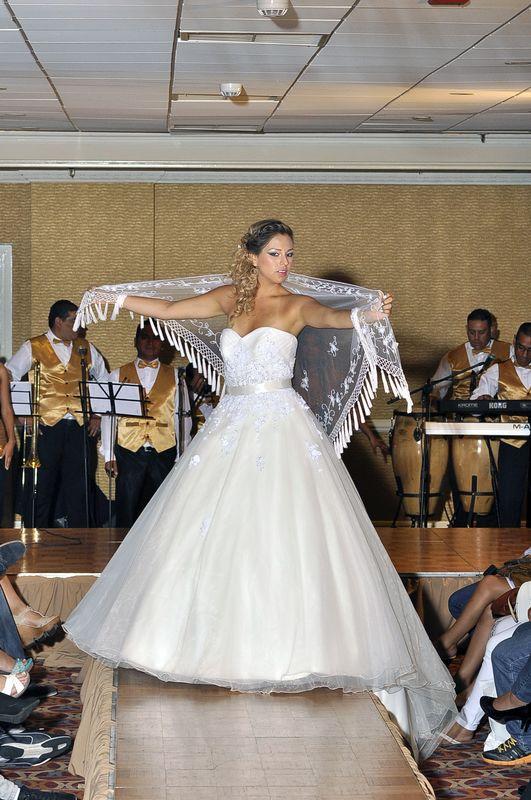 vestido de novia  con el complemento del chall, tenemos la coleccion puedes ser tu querida novia que luzca  nuestro modelo,con un estilo romantico.