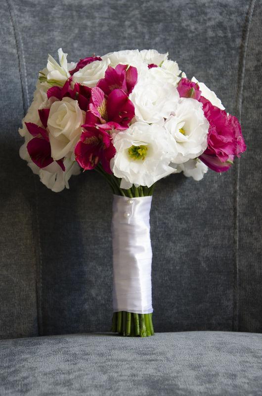Amarantowo-biały ślub - dekoracja florystyczna aranżacja, kwiaty, zdjęcie: minwedding