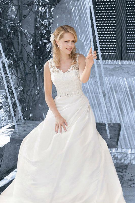 Beispiel: Brautkleid mit Spitzenträgern, Foto: Kleemeier.
