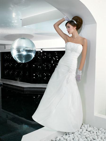 Beispiel: Modern Brautmode, Foto: Oprée Brautmoden.