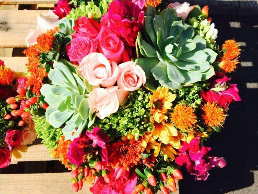 Ramos con flores de colores llamativos y hermosos