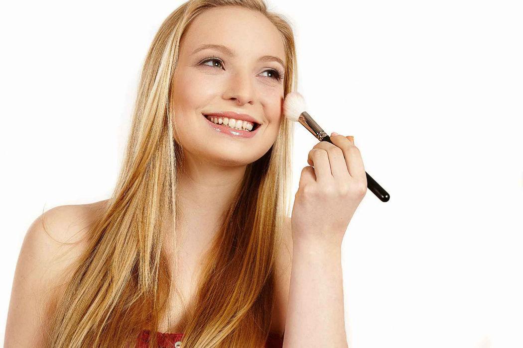 Beispiel: Braut beim Styling, Foto: Kloc Make-up.